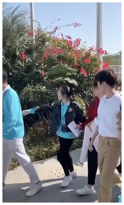 王俊凯被疑似黄牛搭肩膀装熟,让朋友帮拍照,小凯立马甩手挣脱