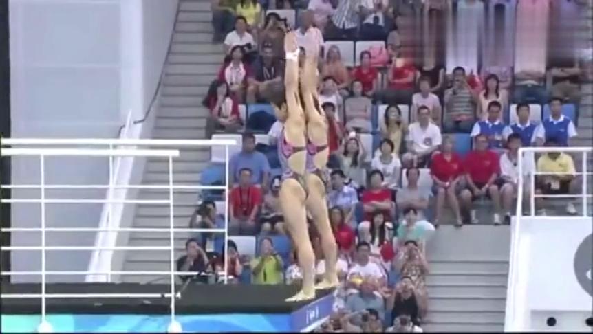 中国女将王鑫陈若琳10米台,跳水姿势完美!
