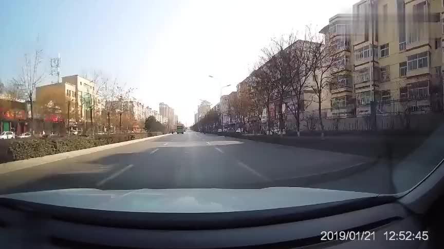 视频车真缺德早已看到转弯的五菱面包车却不睬刹车
