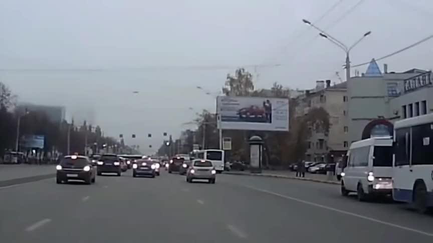 面包车静静地等红绿灯却被警车追尾这下该如何是好