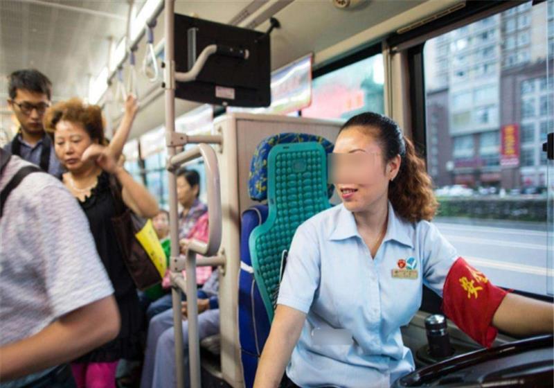 """私家车主不系安全带被扣分罚款,公交司机就可以""""肆意妄为""""?"""