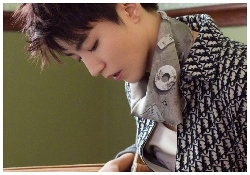 """有种""""少年感""""叫王俊凯,手拿吉他让人移不开视线,这颜值谁顶得"""