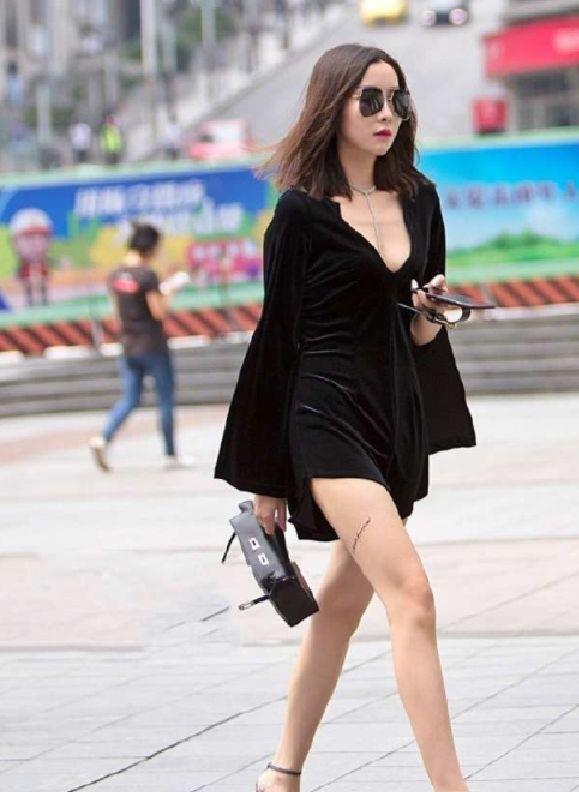 街拍:美女穿低胸吊带长裙,大秀傲人上围,好身材一览无余