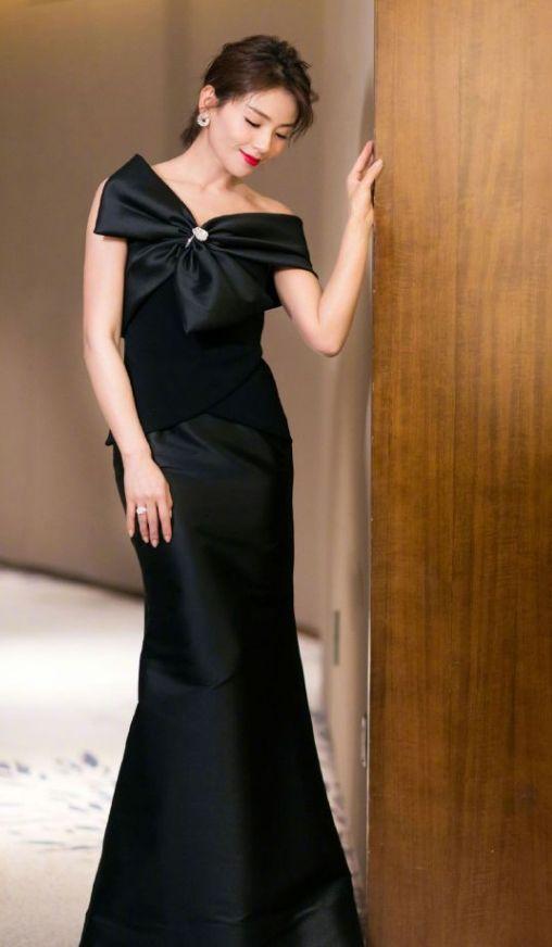 刘涛这是什么神仙颜值?在黑裙上别巨大蝴蝶结超时髦,美到窒息