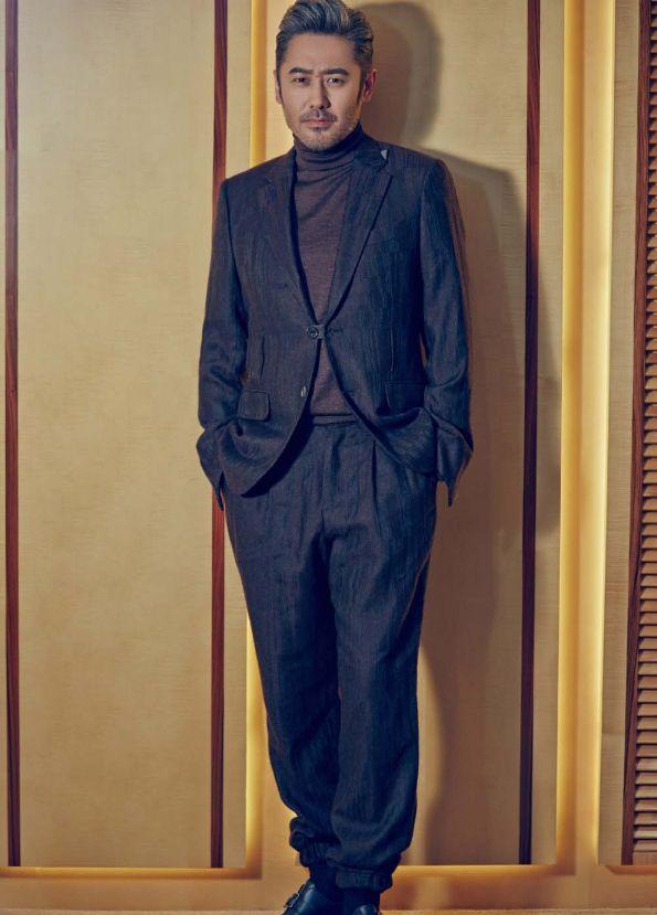 吴秀波厉害了,只在休闲裤裤脚安上松紧带,竟意外时尚