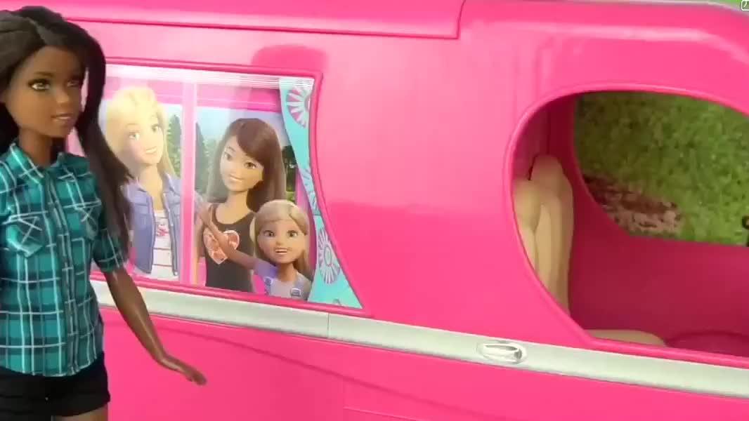 芭比娃娃的房车户外旅行,钓鱼,烧烤,搭帐篷,弹吉他伴舞
