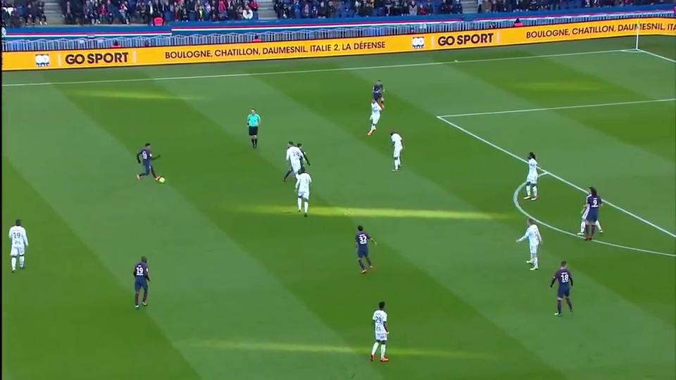 内马尔的分球被防守队员截下,朱利安·德拉克斯勒迅速起脚射门
