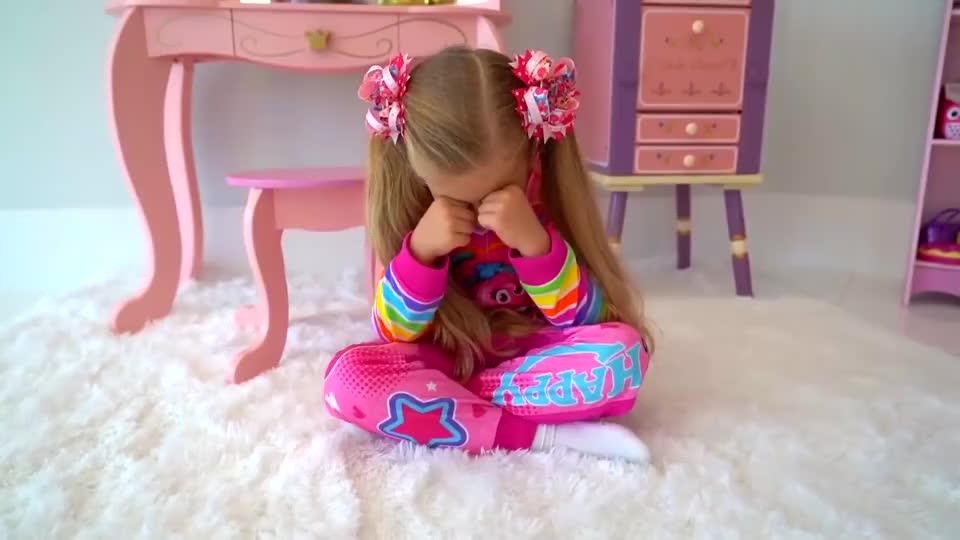 可爱萌娃:妹妹哭了,哥哥去安慰她,这就是好哥哥的典范