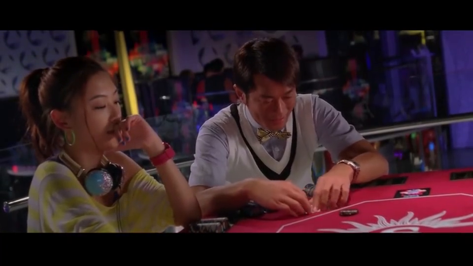 古天乐打扑克,只要抓到好牌就被对方识破,这个细节出卖了他