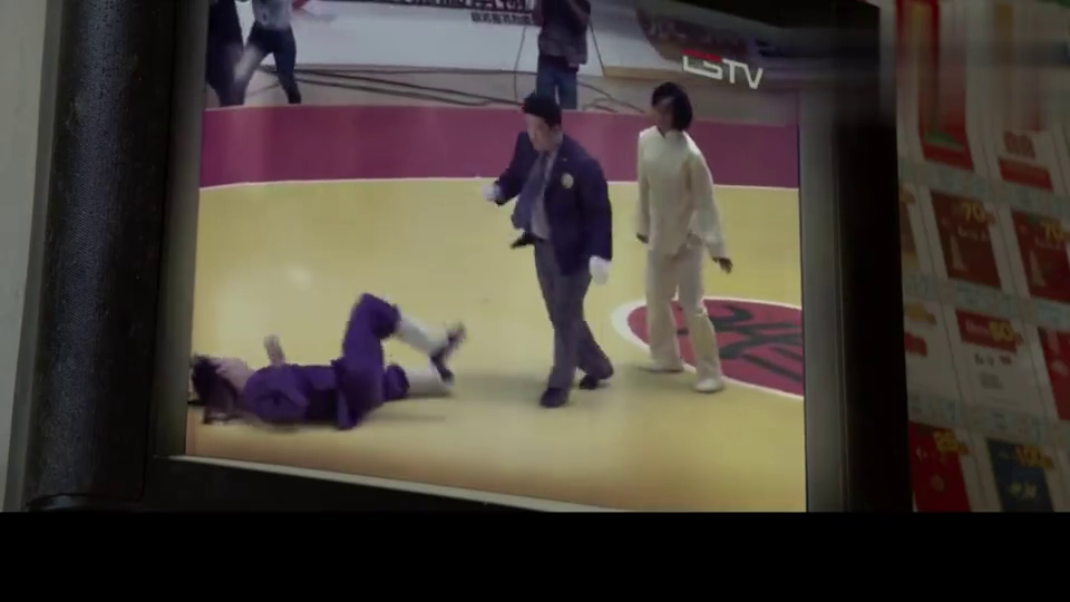 太极小伙开局两招折断对方双臂,被取消比赛资格,太狠毒了