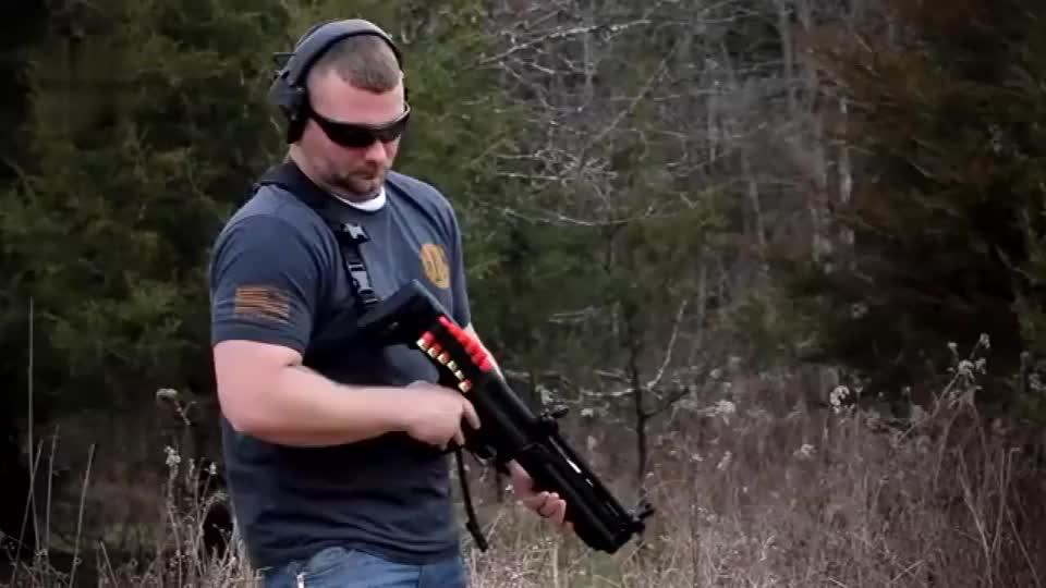 采用12号口径弹药靶场试射KSG与UTS-15无托霰弹枪