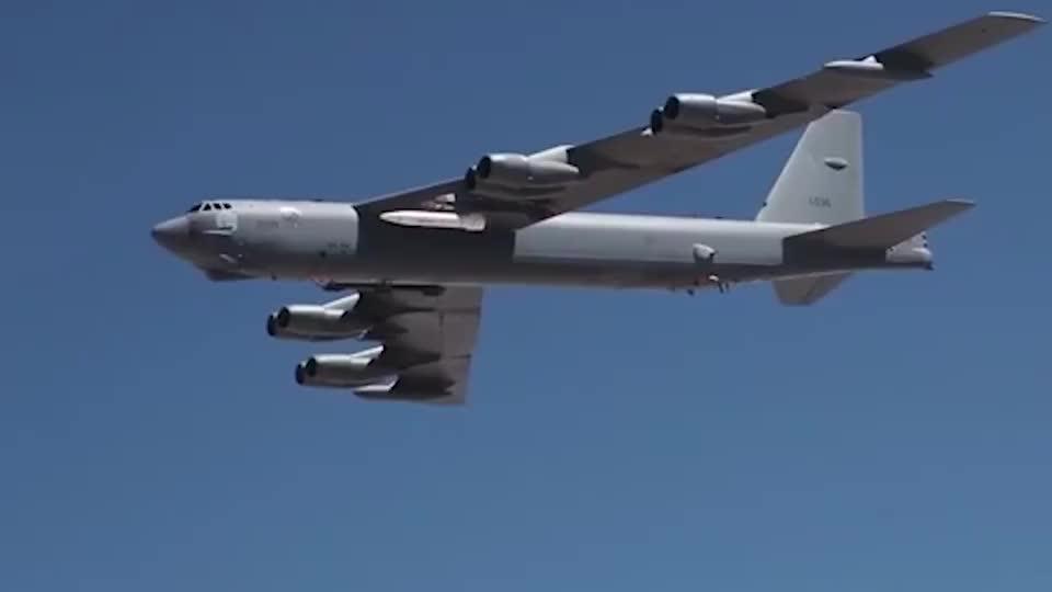 B-52H战略轰炸机外挂AGM-183A高超音速导弹飞行