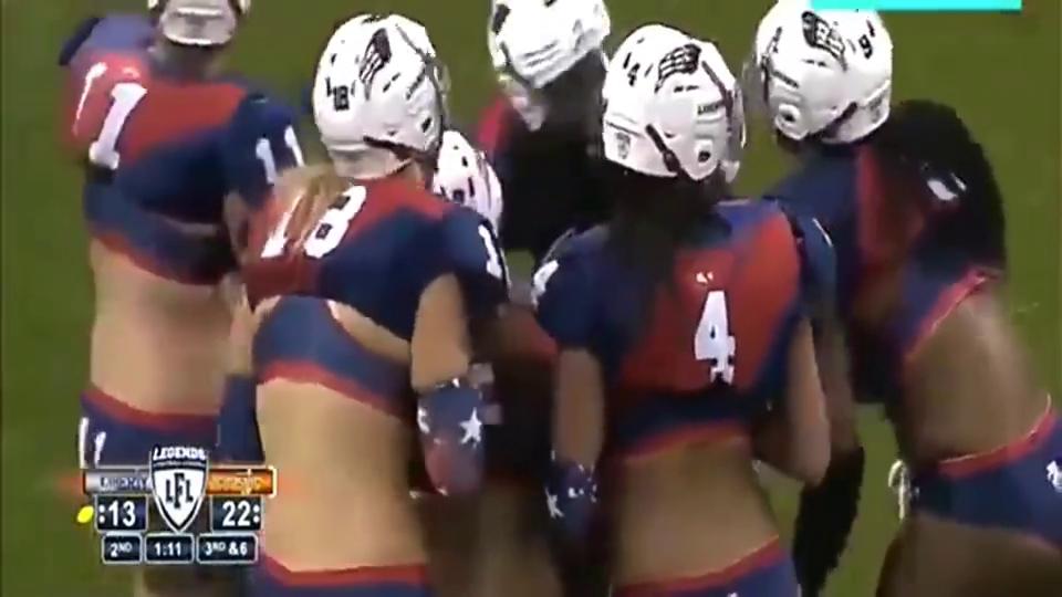 美国女子橄榄球赛,黑人血性实足,敌手过去扶她,差点将敌手跌倒