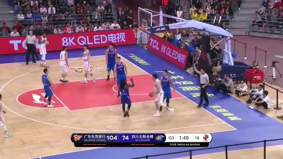 篮球:福特森顶着4次犯规,依旧连续突破杀篮下,广东队防不住