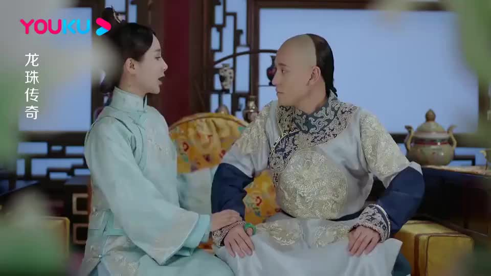 小宫女替康熙抄写血经,不料康熙突然从背后抱住她,竟要索吻!