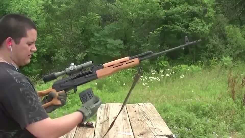佩戴瞄准镜的PSL狙击步枪与SVD较为相似可靠性极高