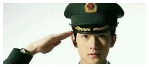 男星军装:杨洋的军装英姿飒爽,张若昀的正直,钟汉良的深情脉脉