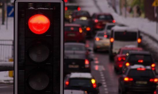 绿灯突然变红灯,在路中间停下,会扣分罚款吗?