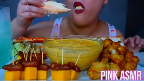 吃货大妈吃帝王蟹腿烤肠油炸美食,看看这吃法真过瘾啊
