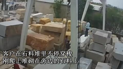 正在仓库挑选石料,下一秒工人来不及躲避,将和轮椅度过下半生