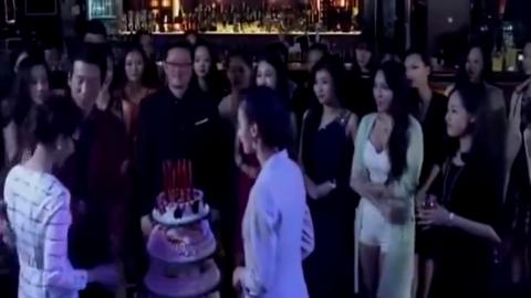 总裁酒吧庆祝庆功宴,灰姑娘泰若安然对待,怎料总裁就看上灰姑娘