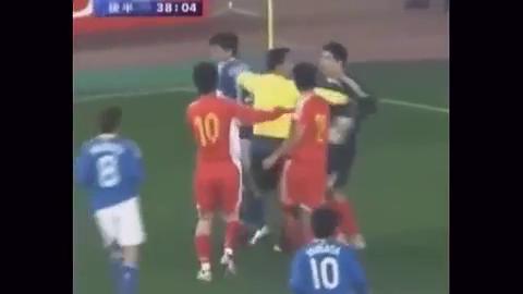 中国足球就需要这样有血气的球员,李玮峰直接锁喉日本球员