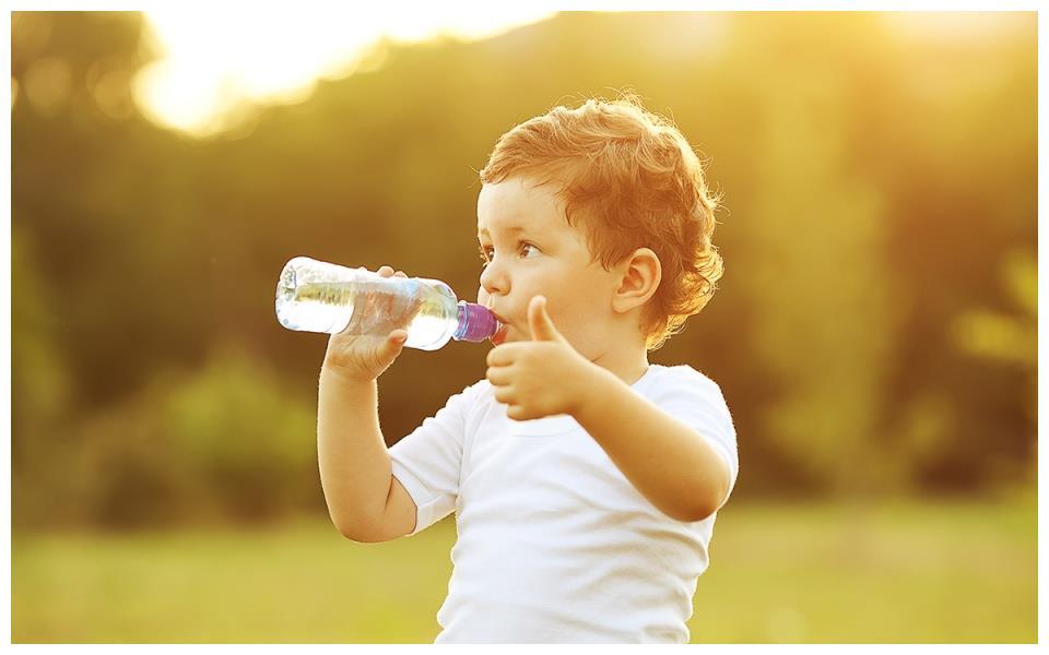 宝宝不爱喝白开水,喜欢喝甜饮料怎么办?家长需要这样做