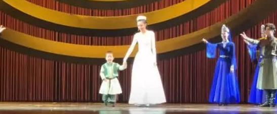 佟丽娅儿子正面照曝光 远看像爸爸近看像妈妈 好可爱