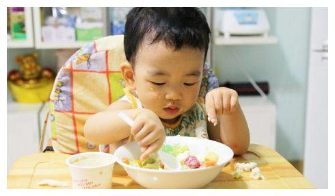 如何改变孩子吃饭量少拖拉毛病?日本妈妈是这样一招致胜!