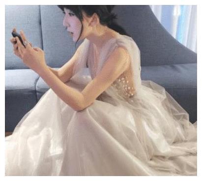 娄艺潇纱裙气质优雅,候场间隙拿起手机玩游戏,是个网瘾少女了