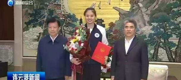 市委书记亲自为女排龚翔宇颁证书,网友:没有人比她更适合这称号