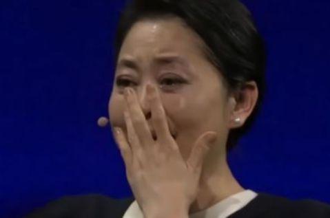 23岁空姐被卖非洲,强迫给20个黑人做妻子,倪萍泪奔