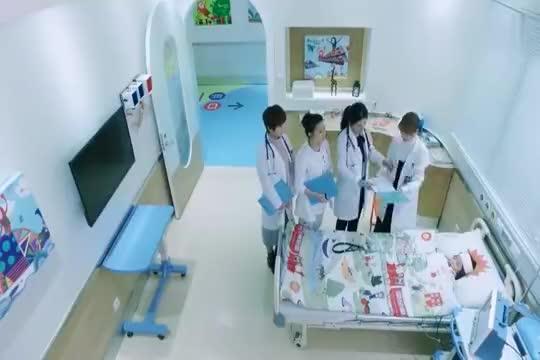 影视:美女护士守在患者床边睡着了,不料一睁眼后面出现三医生