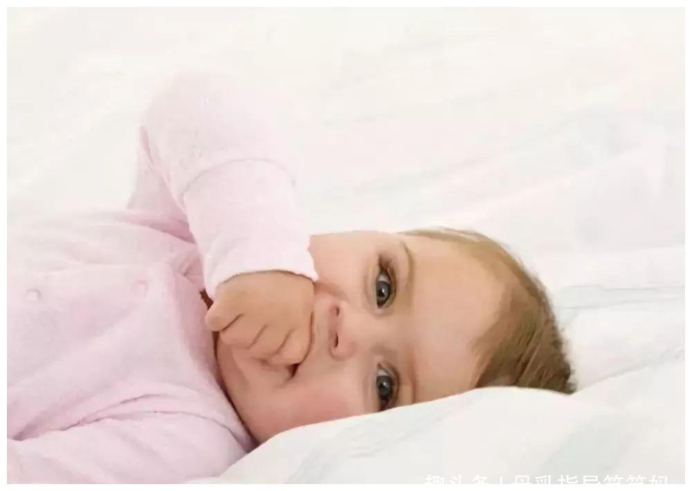 """宝宝""""口欲期""""见什么都啃,父母做好这三点,帮宝宝安全度过"""