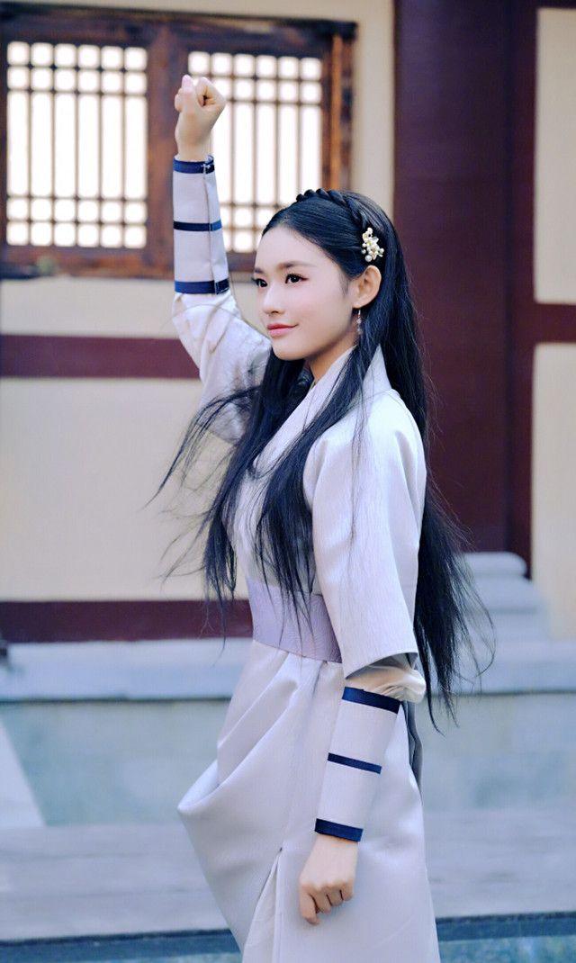 林允萧薰儿披发造型,少女感强,就是发型太简单!
