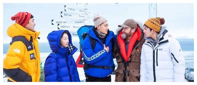 周冬雨太难了,旁边穿潜水服的黄子韬、王彦霖都热得开始光膀子了