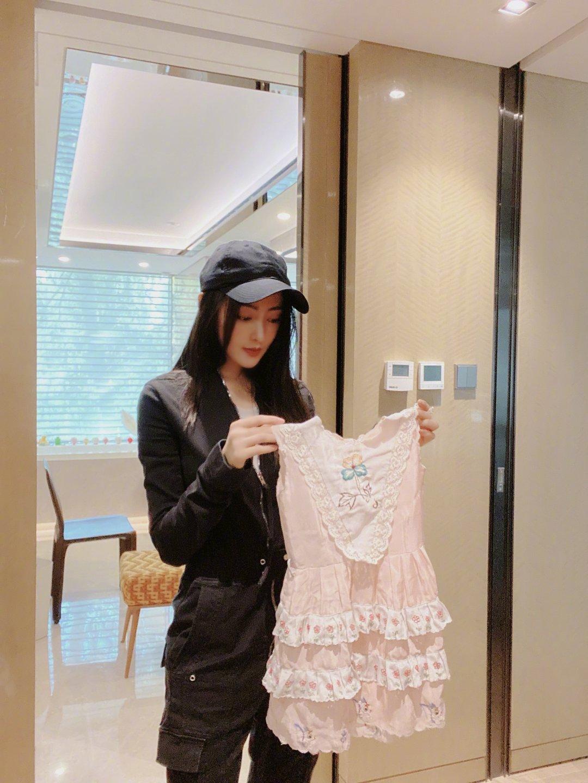 张天爱晒童年连衣裙 网友:继承了妈妈心灵手巧