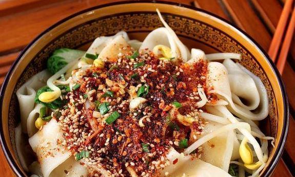 一碗简单又超级好吃的陕西油泼面,不用擀面,却味道酸辣香美
