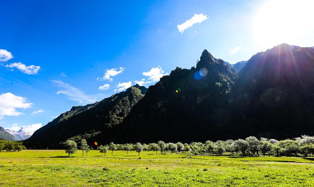 如果说有什么地方可以满足一日游四季的愿望,那么就是四姑娘山