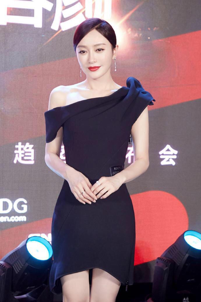 秦岚活动写真照,身着斜肩连衣裙,穿出时尚高级感
