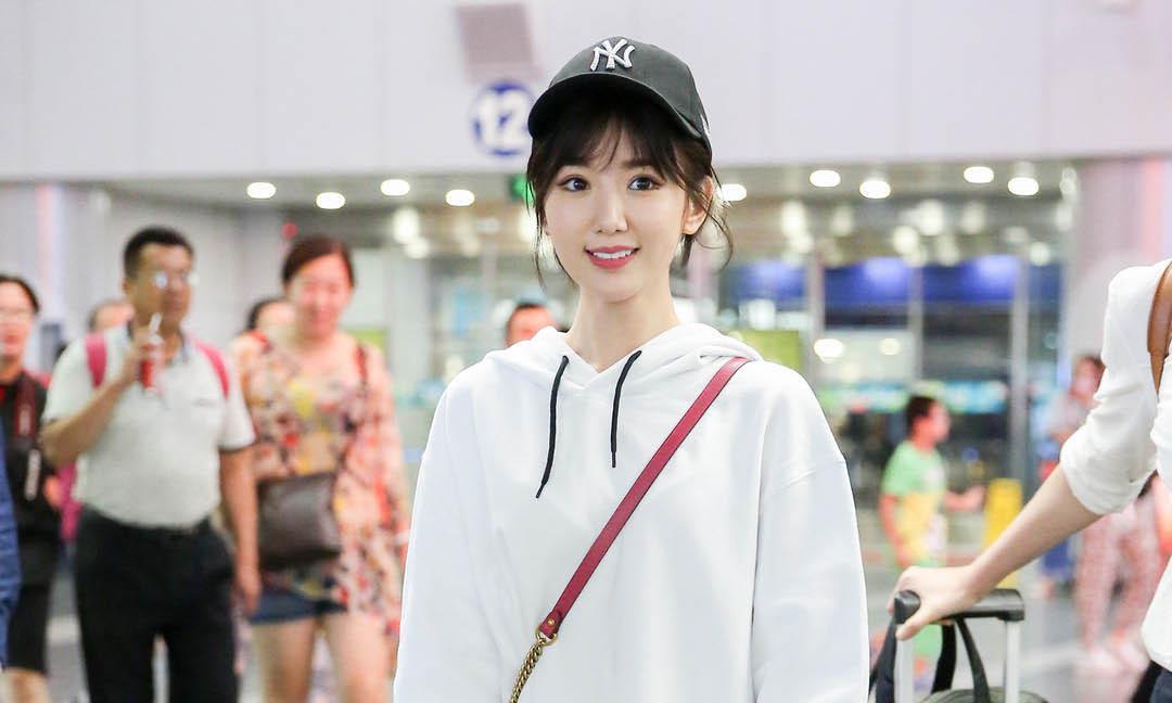毛晓彤机场look酷黑时髦,背爱马仕奢侈包,笑容甜美超级宠粉