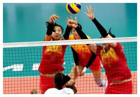 袁心玥穿上军装,代表全体参赛运动员宣誓,气势十足全程不眨眼