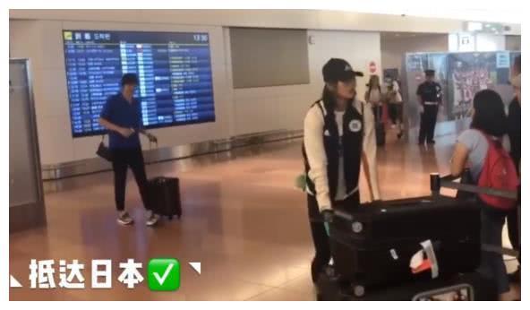 中国女排抵达日本,小棉袄变身搬运工,男助教被批:不怜香惜玉!