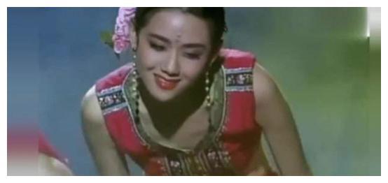 """61岁杨丽萍的晚年生活,成现实版""""老佛爷"""",起居靠男助理伺候"""