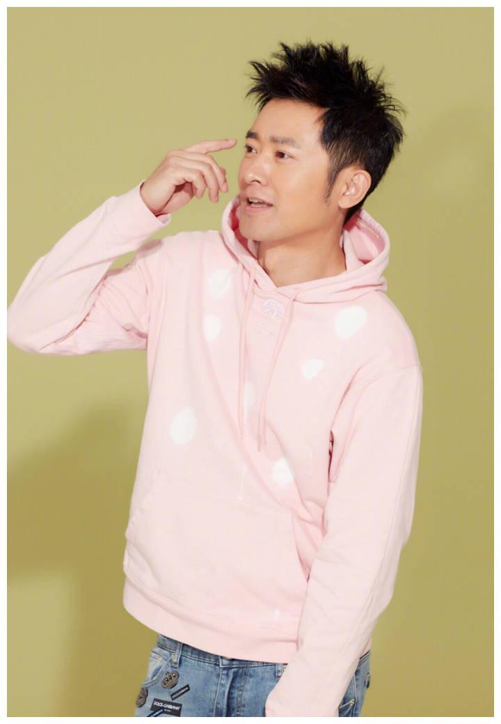 CEO任泉竟然也玩萌萌哒少女风粉色卫衣