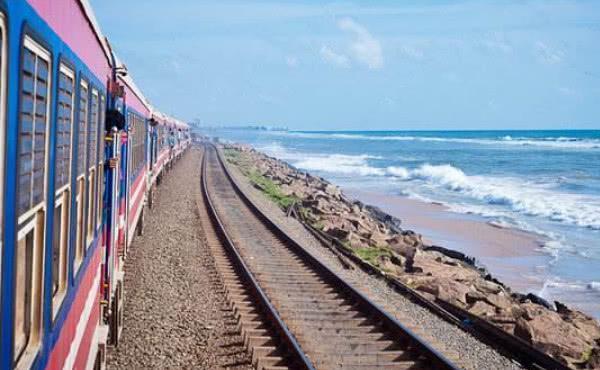 为何坐高铁旅行是顺座,火车却是面对面坐?看完意外了