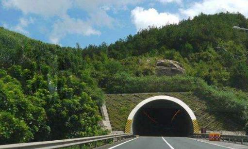 为什么走隧道老司机都不靠右侧行驶?看看老司机怎么说