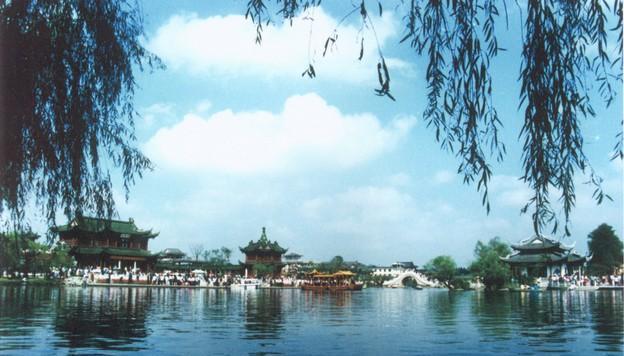 白塔晴云原为瘦西湖二十四景之一,位于莲性寺北岸,坐落于瘦西湖风景区