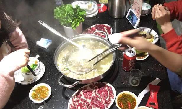 吃火锅时,每次都调这3种蘸料的人,服务员:估计是个行家!