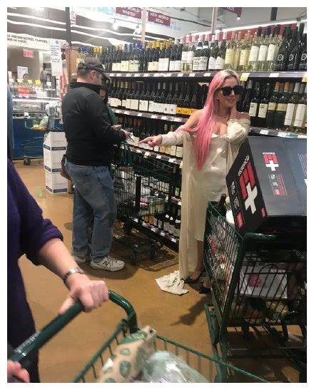 Ladygaga生活中扔不掉偶像包袱,逛超市像在走红毯